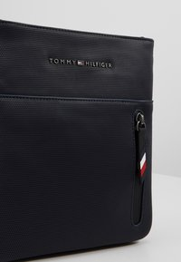 Tommy Hilfiger - ESSENTIAL MINI CROSSOVER - Sac bandoulière - blue - 6