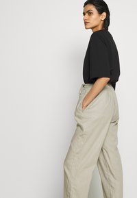 Filippa K - HAYLEY TROUSER - Spodnie materiałowe - grey/beige - 3