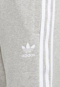 adidas Originals - ADICOLOR - Shorts - medium grey heather/white - 2