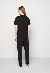 PS Paul Smith - MENS REG FIT DINO SMALL - Print T-shirt - black - 2