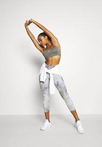 Nike Performance - INDY BRA NON PAD - Brassières de sport à maintien léger - carbon heather - 1