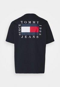Tommy Jeans Plus - BOX FLAG TEE - Triko spotiskem - twilight navy - 1