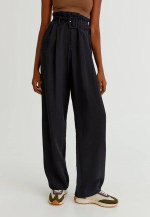 MIT HOHEM BUND UND GÜRTEL - Trousers - black