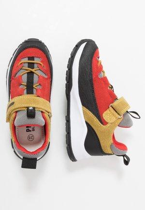 Zapatillas - rosso/senap/nero