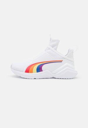 FIERCE 2 PRIDE - Chaussures d'entraînement et de fitness - white