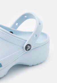Crocs - CLASSIC PLATFORM  - Sandalias - mineral blue - 5