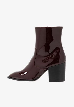 BUSTED - Kotníkové boty - maroon
