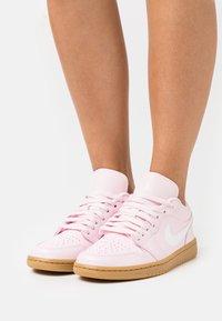 Jordan - AIR 1 - Trainers - arctic pink/white/light brown - 0