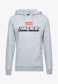 FAKE NEWS HOODY - Bluza z kapturem - grey