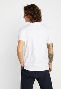 Levi's® - HOUSEMARK GRAPHIC TEE - Camiseta estampada - indigo/white - 2