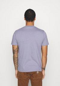 Mennace - UNISEX ESSENTIAL SIGNATURE - Basic T-shirt - murky violet - 2