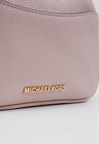 MICHAEL Michael Kors - JET XBODY MERCER - Taška spříčným popruhem - soft pink - 3