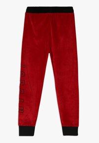 Jordan - AIR LEGACY PANT - Teplákové kalhoty - gym red - 1