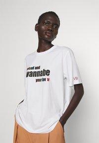 Victoria Victoria Beckham - PROUD & WANNABE YOUR LOVER - Print T-shirt - white - 3
