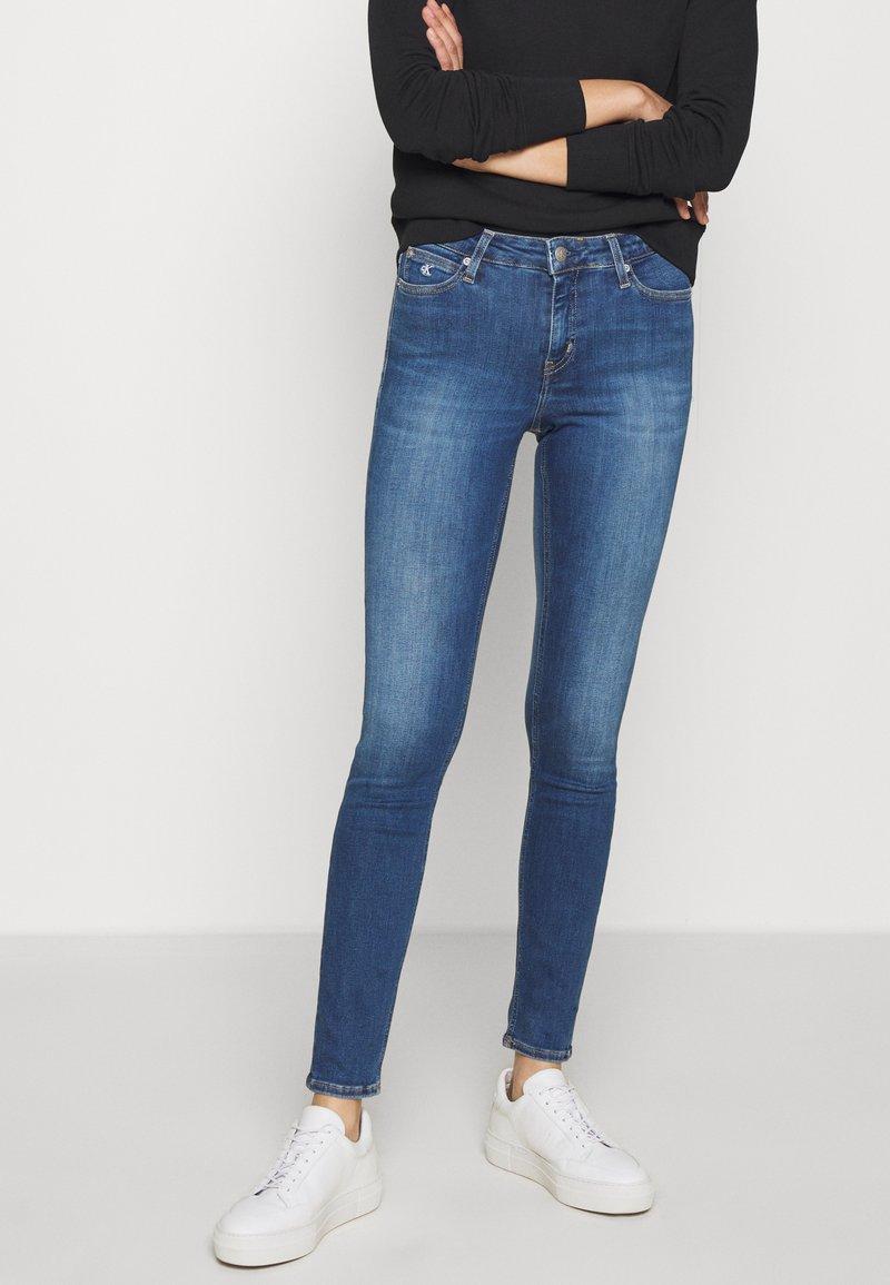 Calvin Klein Jeans - SUPER SKINNY - Jeans Skinny Fit - mid blue