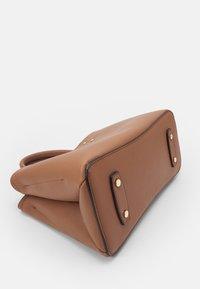 PARFOIS - BAG SNATCH - Handbag - camel - 3