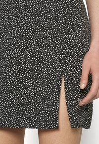 NA-KD - PAMELA REIF X ZALANDO FRONT SLIT RECYCLED MINI SKIRT - Mini skirt - black - 4