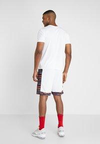 Nike Performance - NBA CITY EDITION BROOKLYN NETS SWINGMAN SHORT - Krótkie spodenki sportowe - white/black - 2