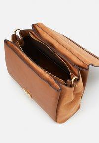 PARFOIS - CROSSBODY BAG REVIVE  - Across body bag - camel - 2