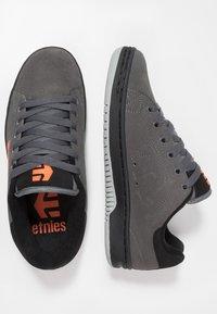 Etnies - CALLI-CUT - Obuwie deskorolkowe - grey/black/orange - 1