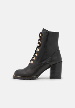 KOLBIE BLOCK BOOTIE - Snørestøvletter - black