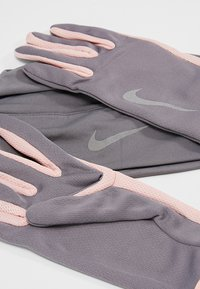 Nike Performance - WOMENS RUN DRY HAT AND GLOVE SET - Guantes - gunsmoke/storm pink/silver - 5