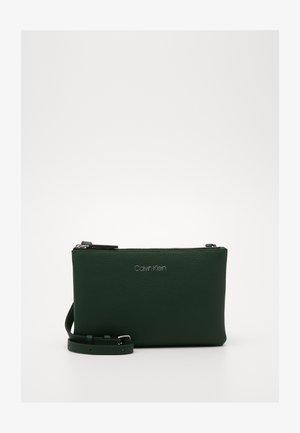 EVERYDAY DUO CROSSBODY - Across body bag - green