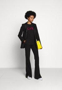 KARL LAGERFELD - LEGEND LOGO - T-Shirt print - black - 1