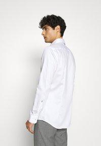 Seidensticker - SLIM LIGHT SPREAD KENT PATCH - Formal shirt - weiß - 2