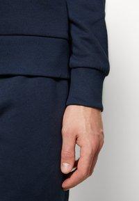 Jack & Jones - JACLOUNGE ONECK - Sweatshirt - navy blazer - 5