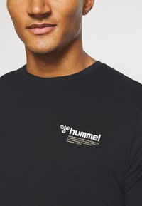 Hummel - HMLKIRBY - Print T-shirt - black - 5
