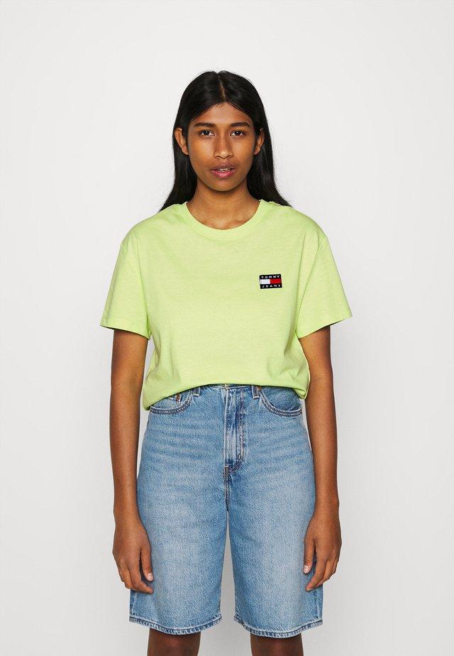 BADGE TEE - Camiseta básica - faded lime