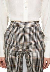 Victoria Victoria Beckham - DRAINPIPE CHECK TROUSER - Trousers - cream check - 5