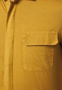 DOCKERS - SUSTAINABLE UTILITY - Shirt - deep caramel - 5