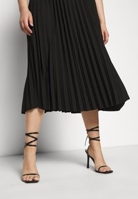 Selected Femme Curve - SLFLEXIS MIDI SKIRT - A-line skirt - black - 3