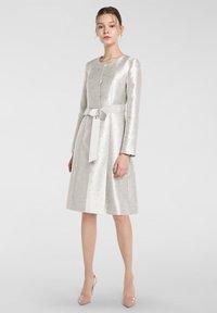 Apart - Classic coat - creme-schwarz - 1