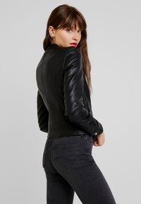 Vero Moda - VMSHEENA SHORT JACKET - Giacca in similpelle - black - 2