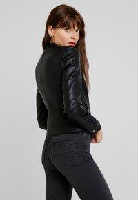 Vero Moda - VMSHEENA SHORT JACKET - Chaqueta de cuero sintético - black - 2