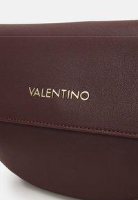Valentino by Mario Valentino - BIGS - Skulderveske - vino - 4