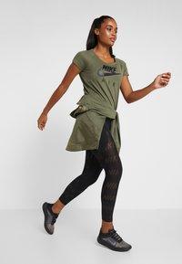 Nike Performance - AIR - T-shirt z nadrukiem - medium olive/black - 1