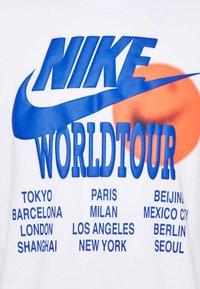 Nike Sportswear - TEE WORLD TOUR - T-shirt imprimé - white - 4