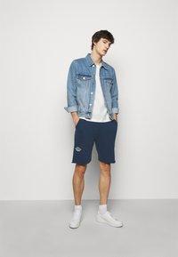 Han Kjøbenhavn - Shorts - faded navy/white - 1
