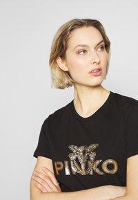 Pinko - GAILA - T-shirt z nadrukiem - black - 4