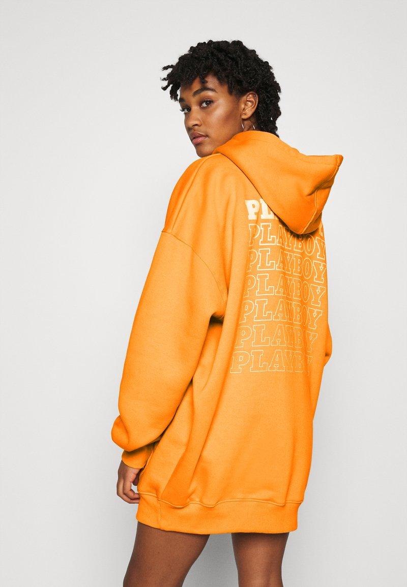 Missguided - PLAYBOY REPEAT LOGO HOODY DRESS - Vestido informal - orange