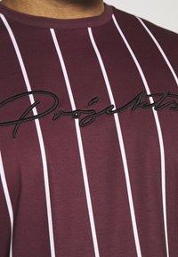 Projekts NYC - HARROW SIGNATURE IN CAMO - T-shirt con stampa - burgundy - 5