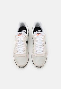 Nike Sportswear - CHALLENGER OG UNISEX - Tenisky - light bone/black/white - 5