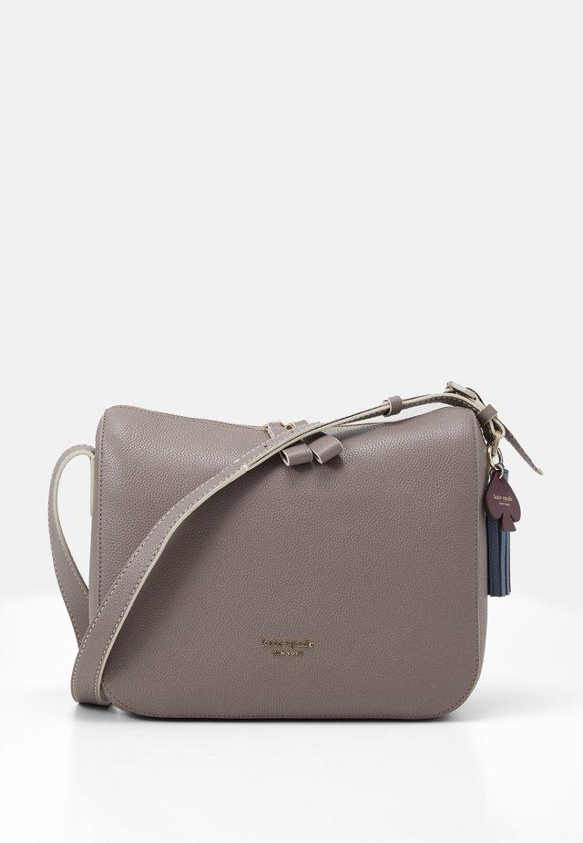 MEDIUM SHOULDER BAG - Taška spříčným popruhem - mineral grey