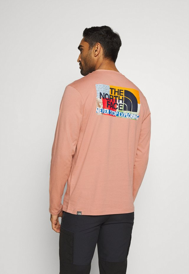 GRAPHIC TEE UTILITY - Topper langermet - pink clay