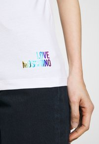 Love Moschino - Triko spotiskem - optical white - 5