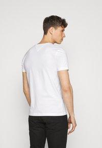 Tommy Hilfiger - SMALL LOGO TEE - Print T-shirt - white - 2